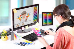 Diseñador gráfico en el trabajo. Muestras del color. Foto de archivo libre de regalías