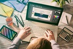 Diseñador gráfico en el trabajo Muestras del color Fotos de archivo libres de regalías