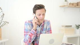 Diseñador gráfico, hombre que llama por teléfono con su oficina móvil, creativa almacen de metraje de vídeo