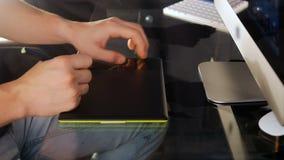 Diseñador gráfico que trabaja con la exhibición interactiva de la pluma, la tableta digital del dibujo y la pluma en un ordenador