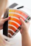 Diseñador gráfico que trabaja con la paleta del cmyk Imagen de archivo libre de regalías