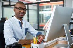 Diseñador gráfico que trabaja en el escritorio imagen de archivo