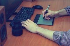 Diseñador gráfico que trabaja en la tableta digital Fotografía de archivo