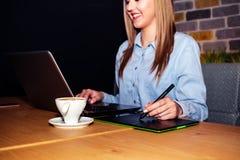 Diseñador gráfico que usa la tableta digital imagen de archivo