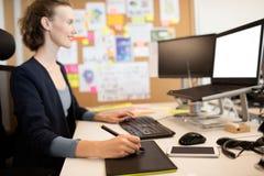 Diseñador gráfico sonriente que trabaja en la oficina Foto de archivo