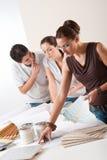 Diseñador interior de sexo femenino con dos clientes Imagen de archivo