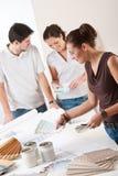 Diseñador interior de sexo femenino con dos clientes Fotos de archivo