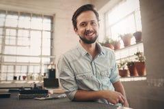Diseñador joven amistoso que parece relajado y confiado en su stu Imagen de archivo