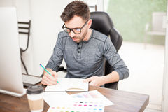 Diseñador que dibuja un bosquejo en la oficina Fotos de archivo libres de regalías