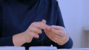 Diseñador que hace la broche hecha a mano almacen de video