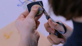 Diseñador que hace la broche hecha a mano metrajes