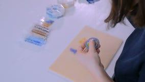 Diseñador que hace la broche hecha a mano almacen de metraje de vídeo