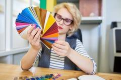 Diseñador que mira muestras del color imagen de archivo