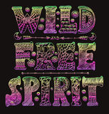 Diseñador salvaje ornamental detallado de la cita del espíritu libre ilustración del vector