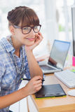 Diseñador sonriente que trabaja en la tableta de gráficos Imagen de archivo