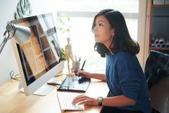 Diseñador web de sexo femenino foto de archivo libre de regalías