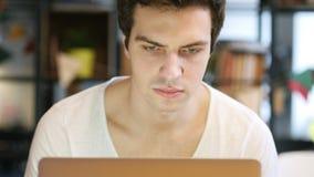 Diseñador Working On Design en el ordenador portátil, Front View almacen de metraje de vídeo