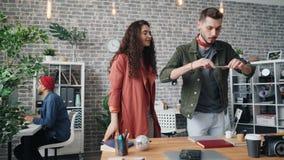 Diseñadores de los inconformistas que usan smartphone para tirar endecha plana en la tabla de la oficina almacen de metraje de vídeo
