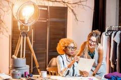 Diseñadores de moda que trabajan en la oficina Foto de archivo libre de regalías