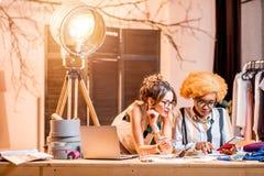 Diseñadores de moda que trabajan en la oficina Imagenes de archivo