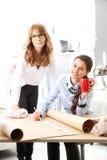 Diseñadores de moda que trabajan junto foto de archivo