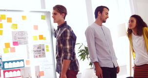 Diseñadores gráficos que obran recíprocamente con uno a almacen de video