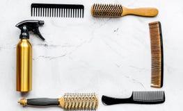 Diseñar el pelo con las herramientas en barbería en la maqueta blanca de la opinión superior del fondo Imagenes de archivo