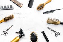 Diseñar el pelo con las herramientas en barbería en la maqueta blanca de la opinión superior del fondo Imagen de archivo libre de regalías