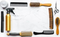 Diseñar el pelo con las herramientas en barbería en la maqueta blanca de la opinión superior del fondo Fotografía de archivo libre de regalías