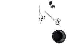Diseñar el pelo con las tijeras y las herramientas en barbería en la maqueta blanca de la opinión superior del fondo Fotografía de archivo