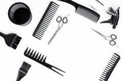Diseñar el pelo con los peines y las herramientas en barbería en la maqueta blanca de la opinión superior del fondo Foto de archivo libre de regalías