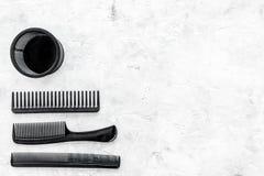 Diseñar el pelo con los peines y las herramientas en barbería en la maqueta de piedra de la opinión superior del fondo Fotos de archivo libres de regalías