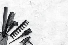Diseñar el pelo con los peines y las herramientas en barbería en la maqueta de piedra de la opinión superior del fondo Imagen de archivo