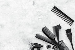 Diseñar el pelo con los peines y las herramientas en barbería en la maqueta de piedra de la opinión superior del fondo Fotografía de archivo libre de regalías
