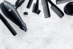 Diseñar el pelo con los peines y las herramientas en barbería en la maqueta de piedra de la opinión superior del fondo Foto de archivo