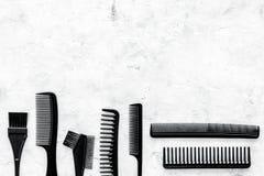 Diseñar el pelo con los peines y las herramientas en barbería en la maqueta de piedra de la opinión superior del fondo Imagenes de archivo