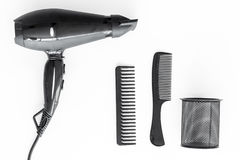 Diseñar el pelo con los peines y las herramientas en barbería en la opinión superior del fondo blanco Imagen de archivo libre de regalías