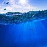 Diseñe el modelo con el splitte subacuático de la parte y del tragaluz de la puesta del sol Imagenes de archivo