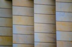 Diseñe el modelo de la pared de la piedra arenisca construido en capas en color crema fotos de archivo libres de regalías