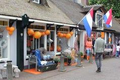 Diseñe la calle de las compras en Baarn con las banderas holandesas, Holanda Imagen de archivo