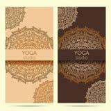 Diseñe la plantilla para el estudio de la yoga con el fondo del ornamento de la mandala Fotos de archivo