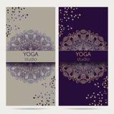 Diseñe la plantilla para el estudio de la yoga con el fondo del ornamento de la mandala Foto de archivo