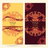 Diseñe la plantilla para el estudio de la yoga con el fondo del ornamento de la mandala Imagen de archivo libre de regalías