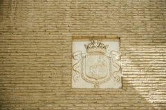 Diseñe las insignias del modelo en una pared en Sevilla, España, Europa Foto de archivo