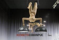 Diseñe las lámparas con el acróbata y el trapecio por el cobonpueon de Kenneth Fotografía de archivo