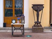 Diseñe los artículos de un café de la calle cerca de la pared de un edificio en Foto de archivo