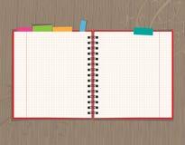 Diseño abierto de la paginación del cuaderno en fondo de madera stock de ilustración