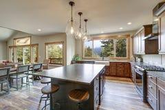 Diseño abierto lujoso de la cocina del plan con la isla de centro grande fotografía de archivo libre de regalías