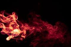 Diseño abstracto rojo del humo del fuego en fondo negro Foto de archivo