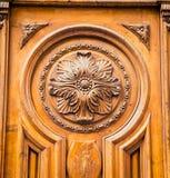 Diseño adornado en una puerta de madera de la iglesia Imagenes de archivo